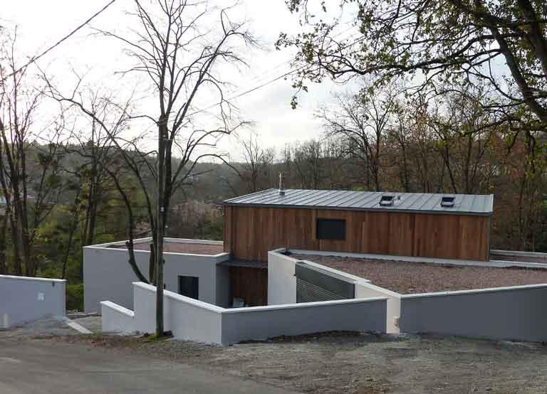 Maison individuelle contemporaine sur terrain en pente