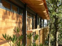 Coursive en bois de la maison sur pilotis
