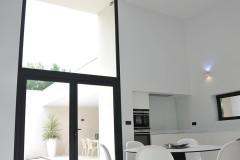 Belle hauteur de plafond et mobilier contemporain dans la cuisine